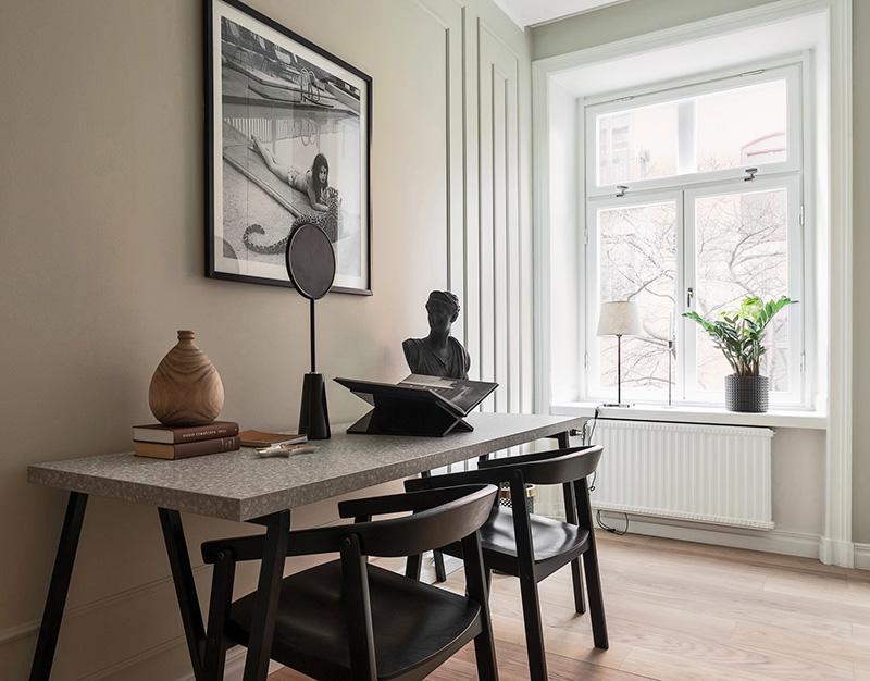 Чёрная современная кухня и элегантные классические детали в интерьере квартиры в Швеции (78 кв. м)