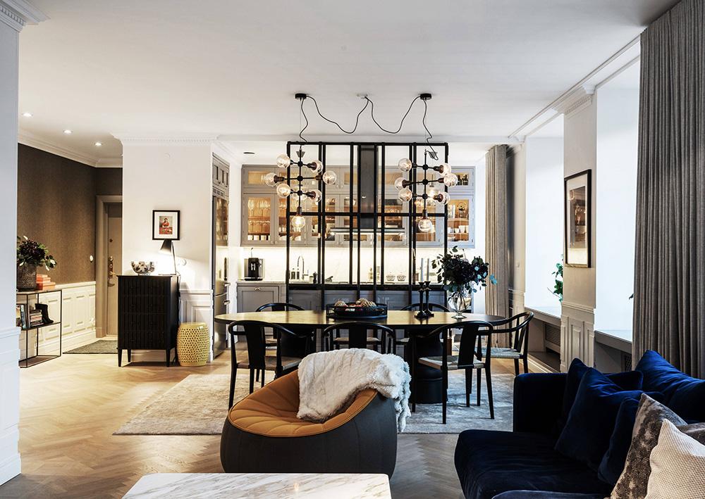 Элегантная скандинавская квартира в уютном вечернем свете