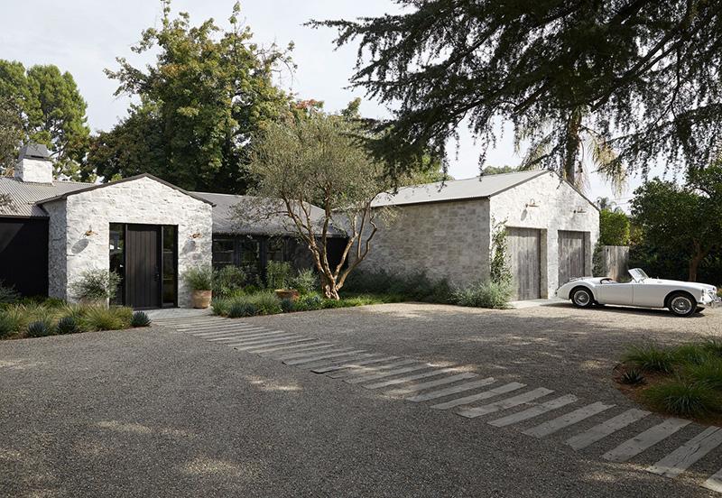 Дом 1950-х годов в окружении дубов и апельсиновых деревьев в Калифорнии