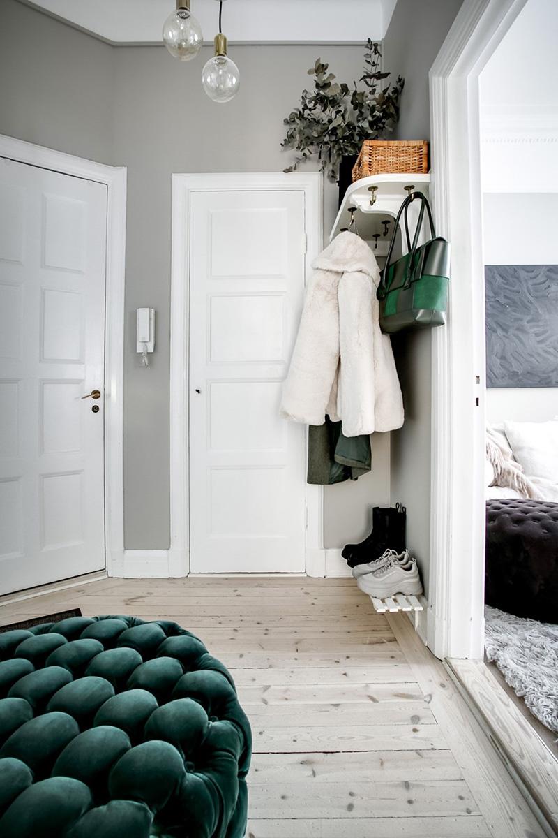 Современная мебель и тёмные акценты в дизайне шведской квартиры в старом доме (51 кв. м)