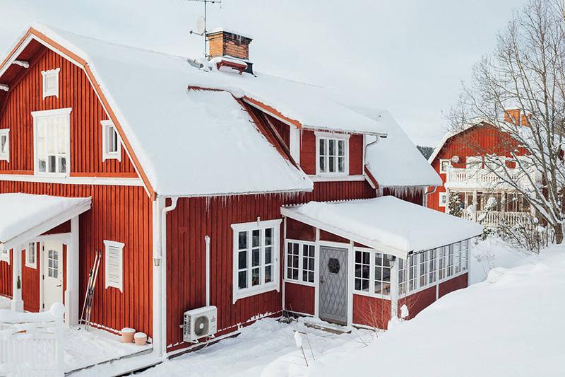 Заснеженный скандинавский коттедж