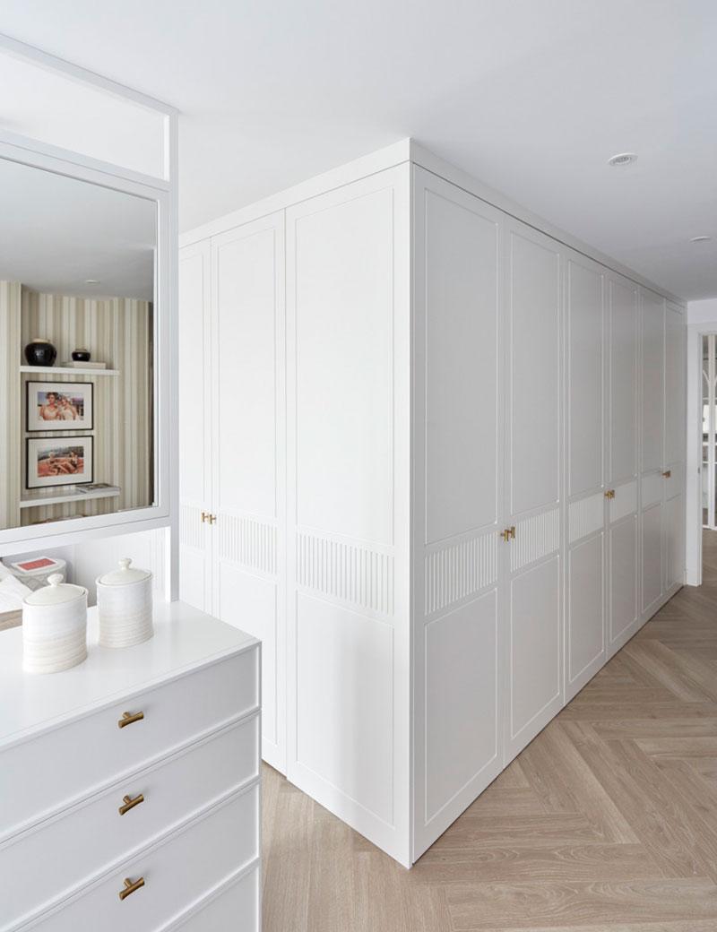 Белая квартира в Мадриде с интересным декором и красивой стеклянной перегородкой (90 кв.м)