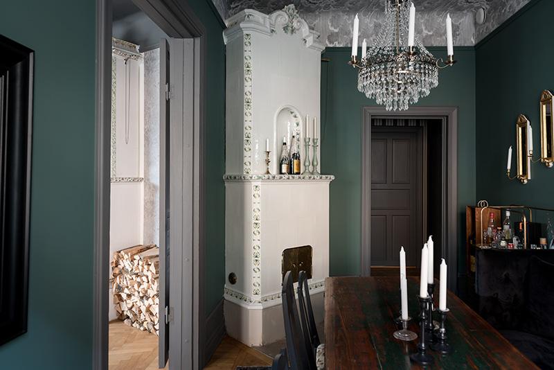 Драматичный тёмный интерьер великолепной скандинавской квартиры