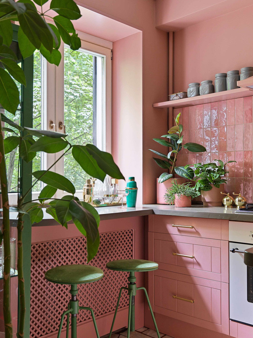 Царство цвета, принтов и декора: удивительная эклектичная квартира декоратора Дарьи Соболевой в Москве (42 кв. м)
