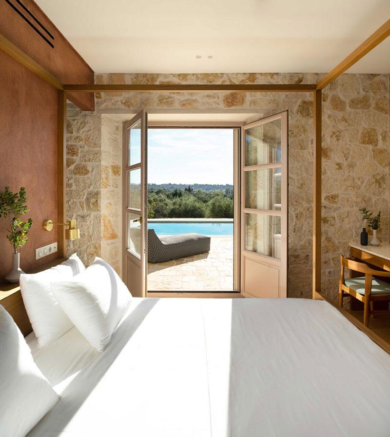 Современная вилла из камня с уютными интерьерами на острове Корфу