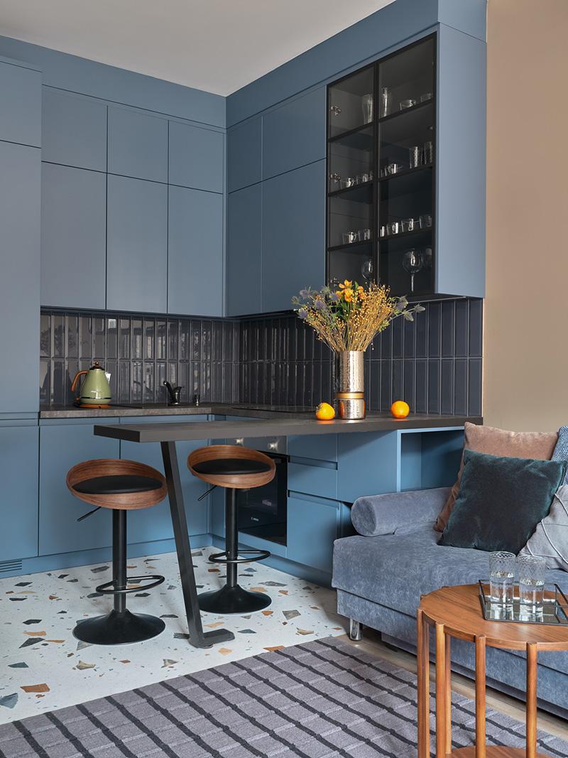 Смелые цвета в интерьере небольшой арендной квартиры в Москве (46 кв. м)