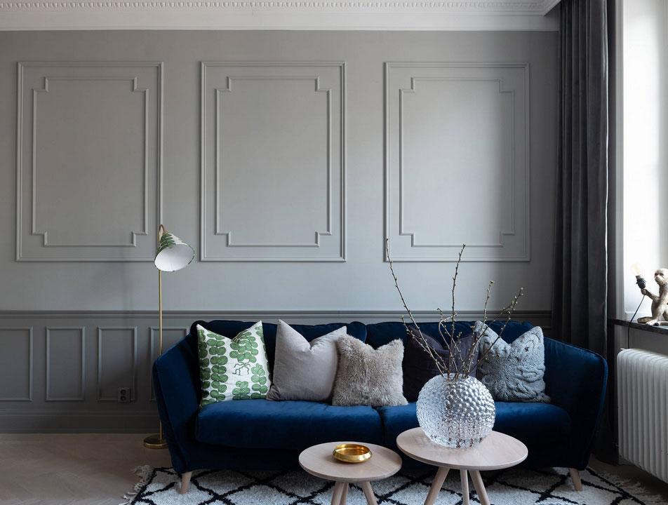 Стены с молдингами в интерьере современной шведской квартиры