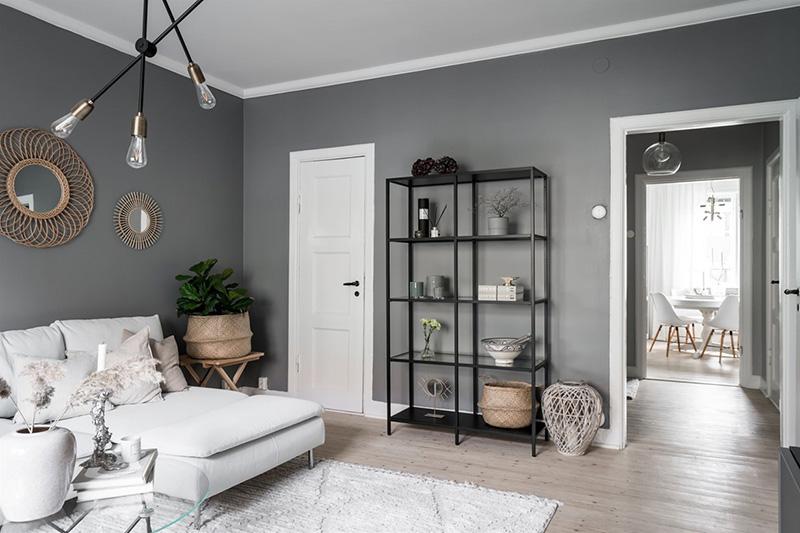 Тёмно-серые стены и светлая мебель: небольшая квартира в Швеции (54 кв. м)