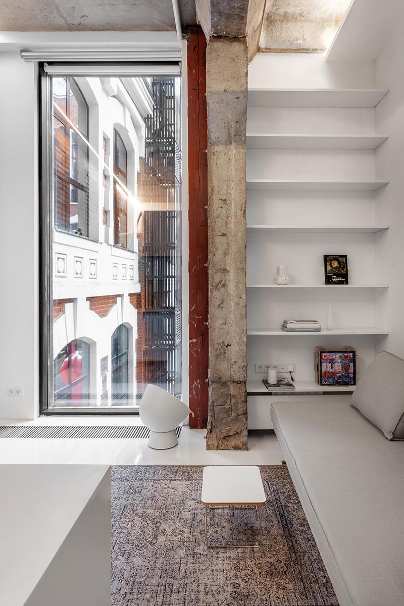 Старый кирпич и белая мебель: микро-лофт в Москве (27 кв. м)