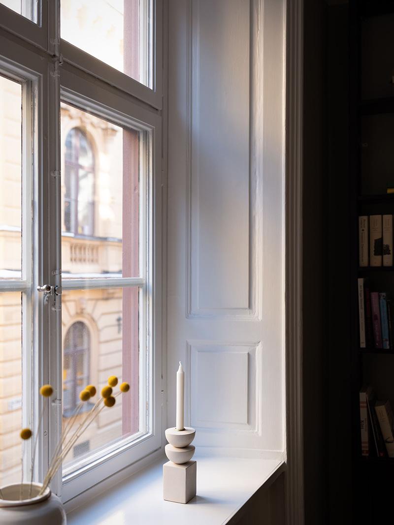 Тёмные тона и тёплый декор в дизайне элегантной шведской квартиры (64 кв. м)