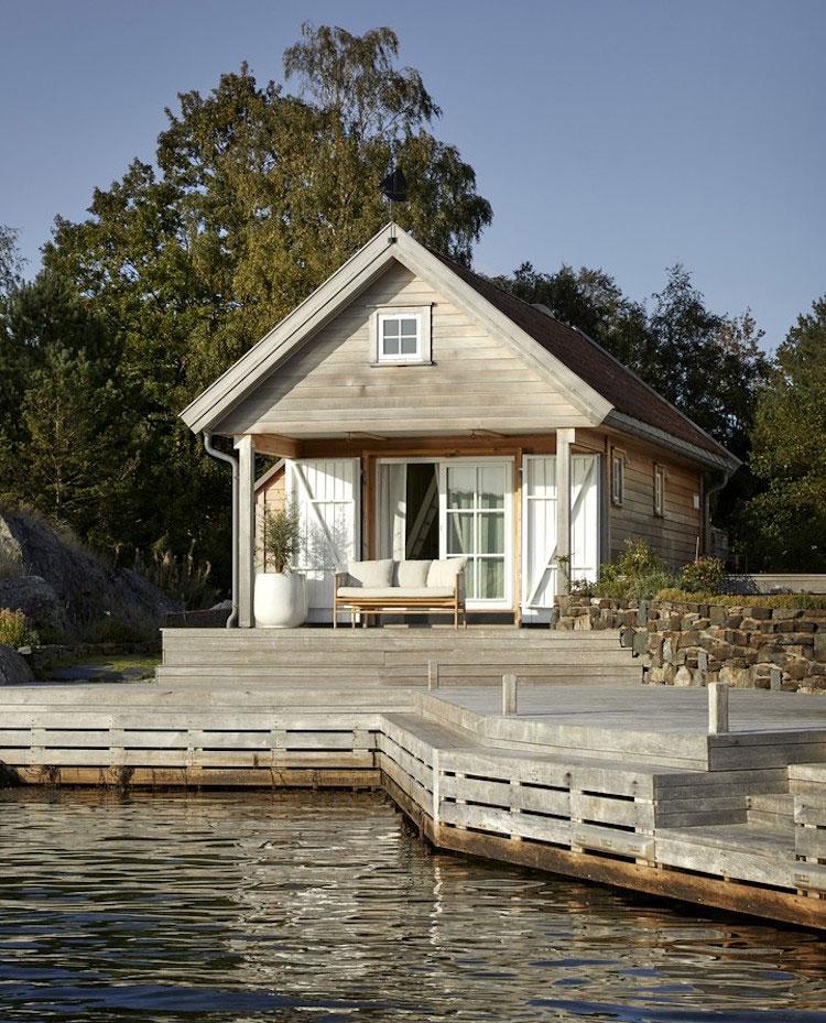 Маленький, но такой уютный домик прямо на берегу фьорда в Норвегии