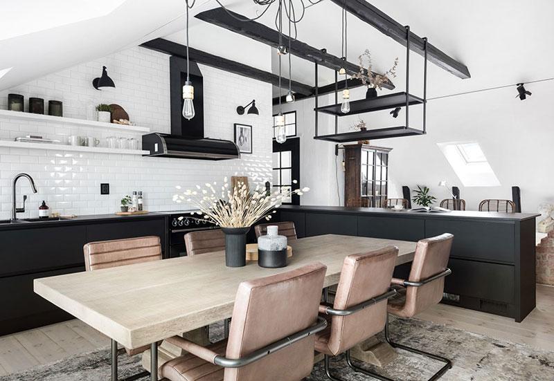 Мансардная квартира с чёрной кухней и сауной в Швеции (105 кв.м)