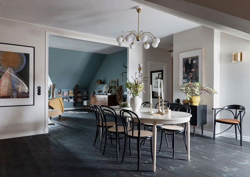 Просторная мансардная квартира с пастельными стенами в Стокгольме