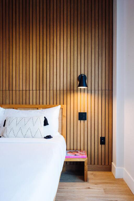 Интерьер с обилием дерева и жизнерадостная атмосфера в отеле The Rockaway в США