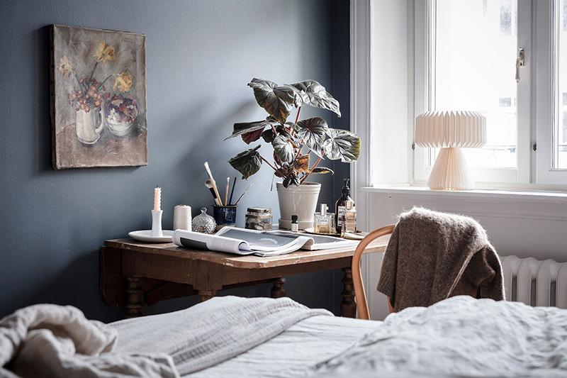 Синяя спальня и кирпичная стена на кухне: уютная квартира в Гётеборге (61 кв. м)