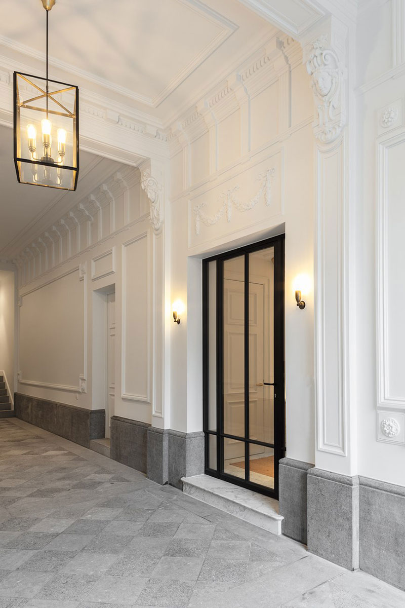 Стеклянный стены и классический камин: современная реконструкция особняка с историей в Брюсселе