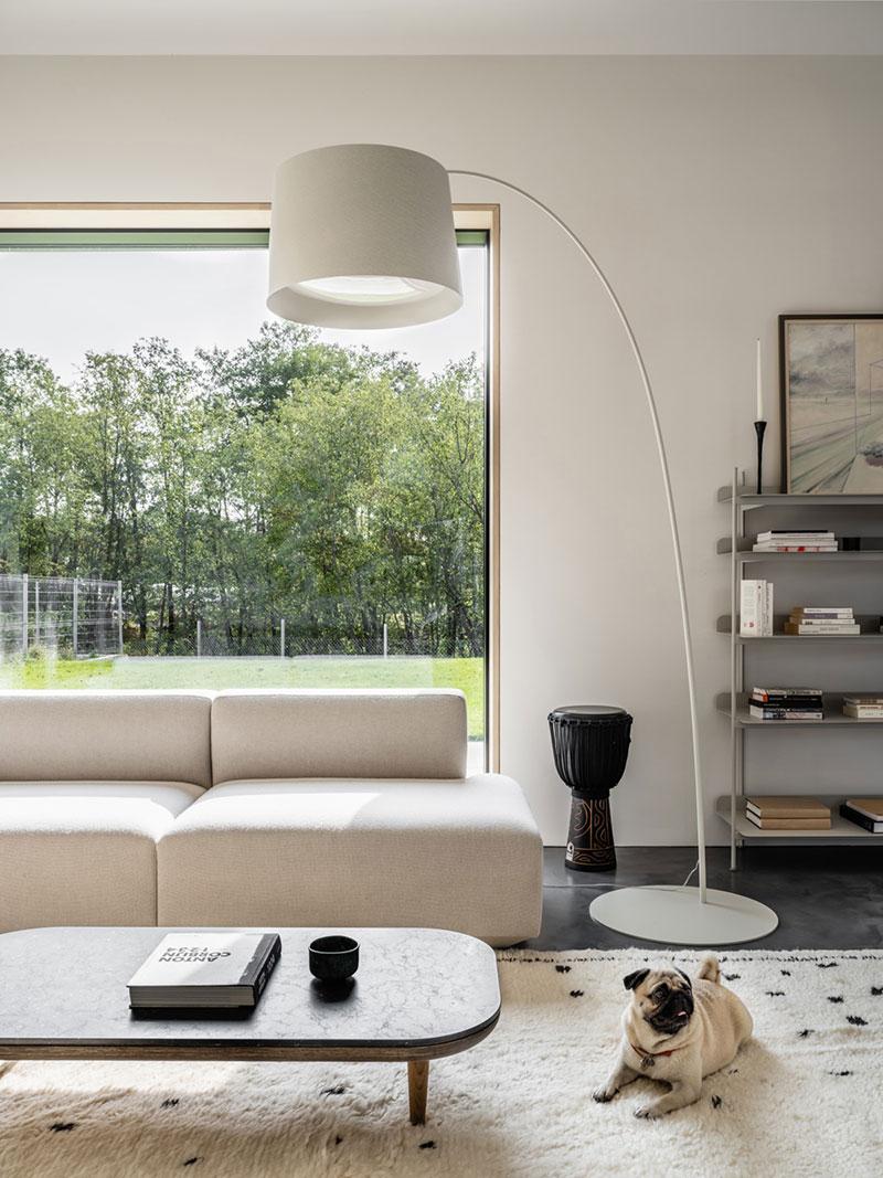 Словно в Нидерландах: стильный загородный дом в Подмосковье для молодой семьи с мопсом