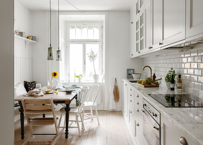 Уютный интерьер с нотками классики и кантри и зелёными стенами в Швеции (83 кв. м)