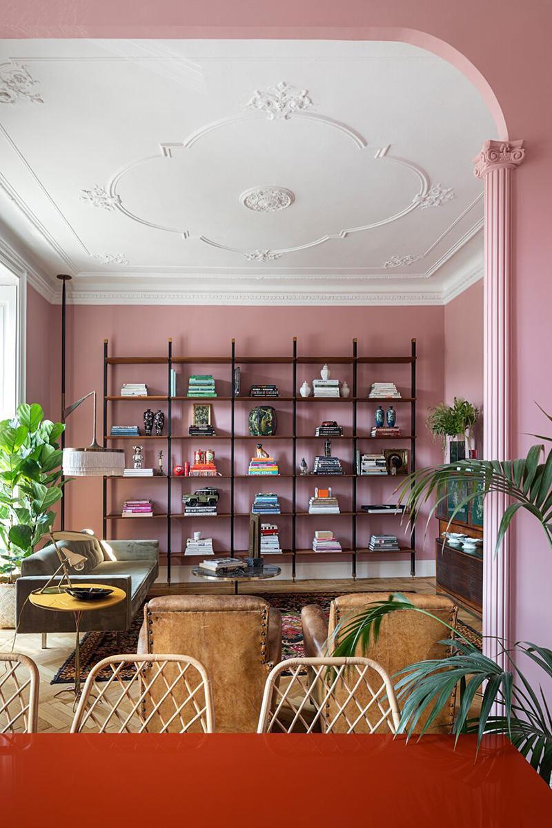 Розовые стены, лепнина, микс современной и винтажной мебели: квартира в Милане