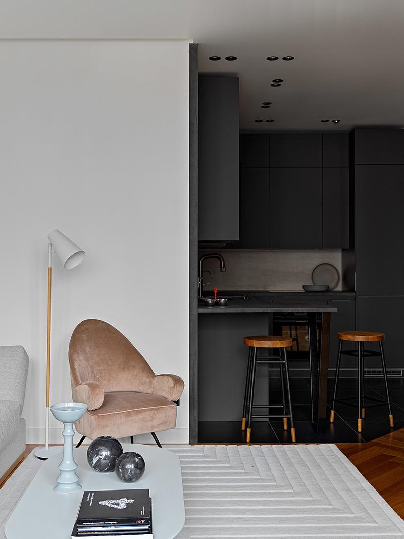 Яркая современная квартира с чёрной кухней в Москве
