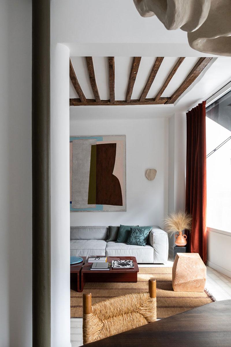 Балки, необычные детали и современное искусство: яркая квартира в Париже