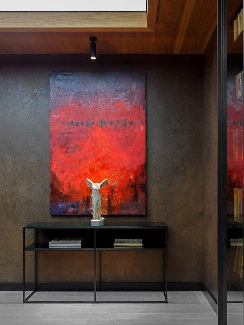 Ещё один стильный интерьер в темных тонах в Москве от Елены Горенштейн