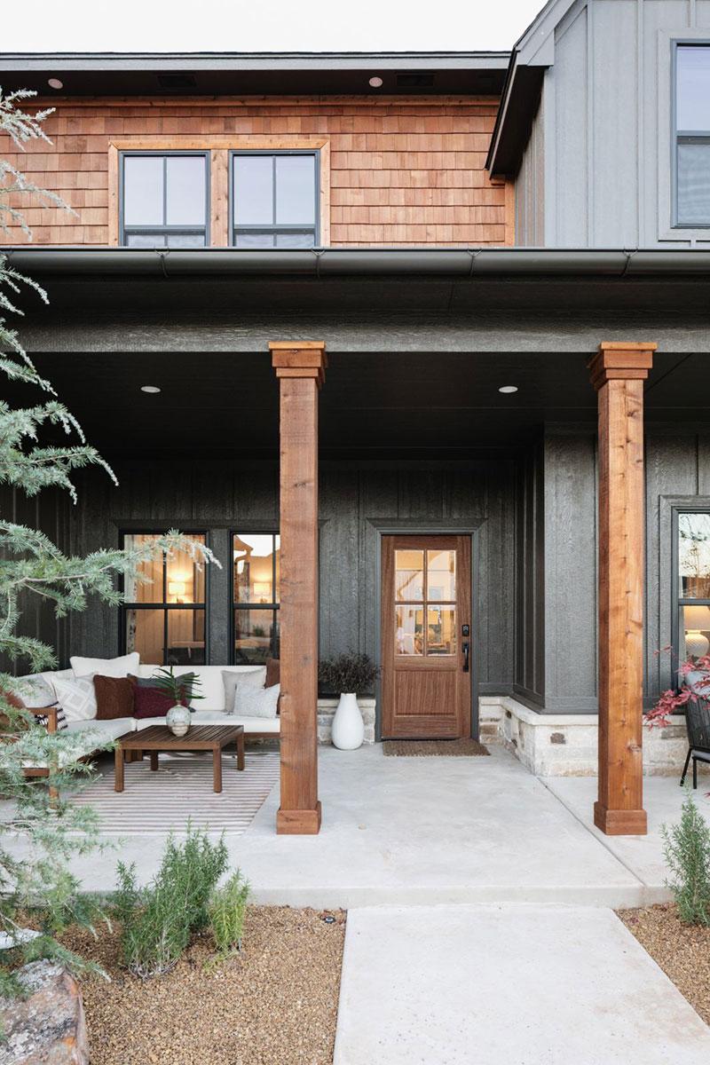 Интерьер с зелёными акцентами и продуманный задний двор: семейным дом в США