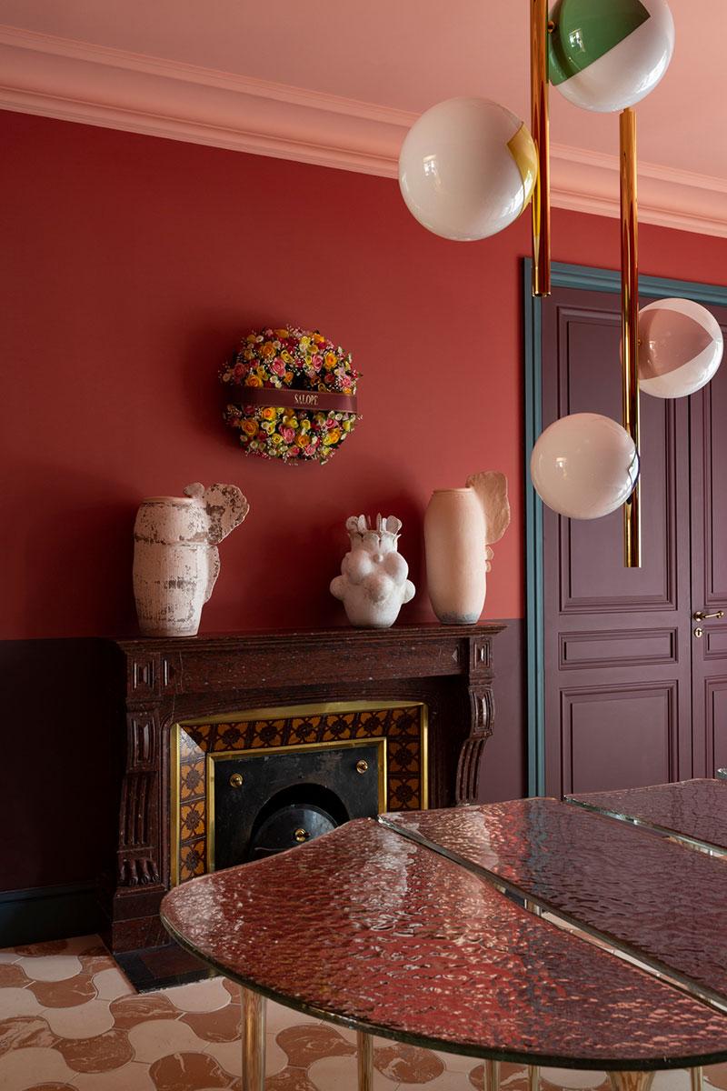 Сочная палитра, произведения искусства и удивительные люстры: необычайно яркий французский интерьер