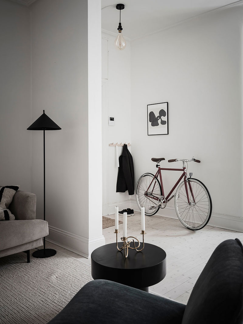 Лёгкий интерьер в светлых тонах с минималистичными тёмными акцентами в Швеции (69 кв. м)