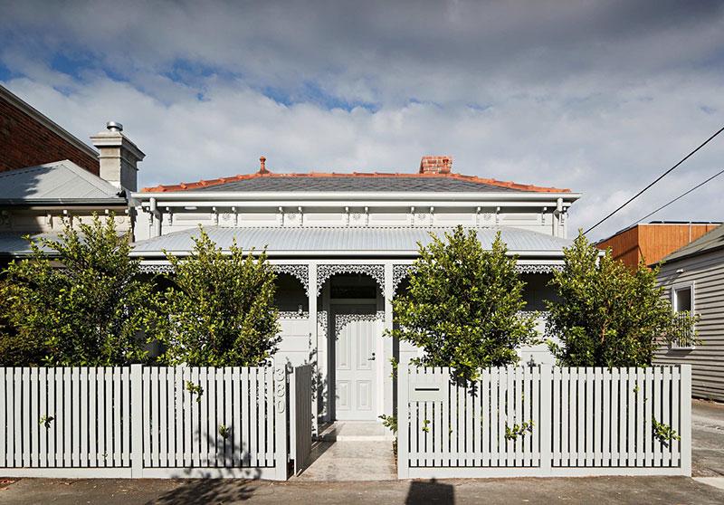 Проект из Австралии: превращение коттеджа с конюшнями в яркий современный дом