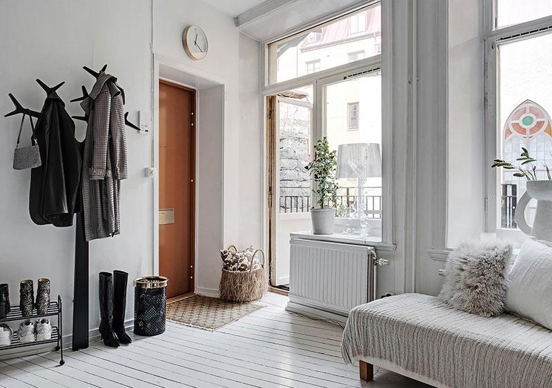 Белоснежная квартира со спальней на антресоли в Швеции (50 кв. м)