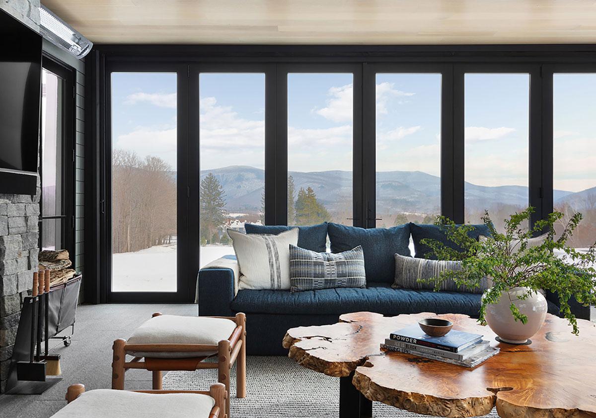 Современный горный дом со светлыми и уютными интерьерами в США