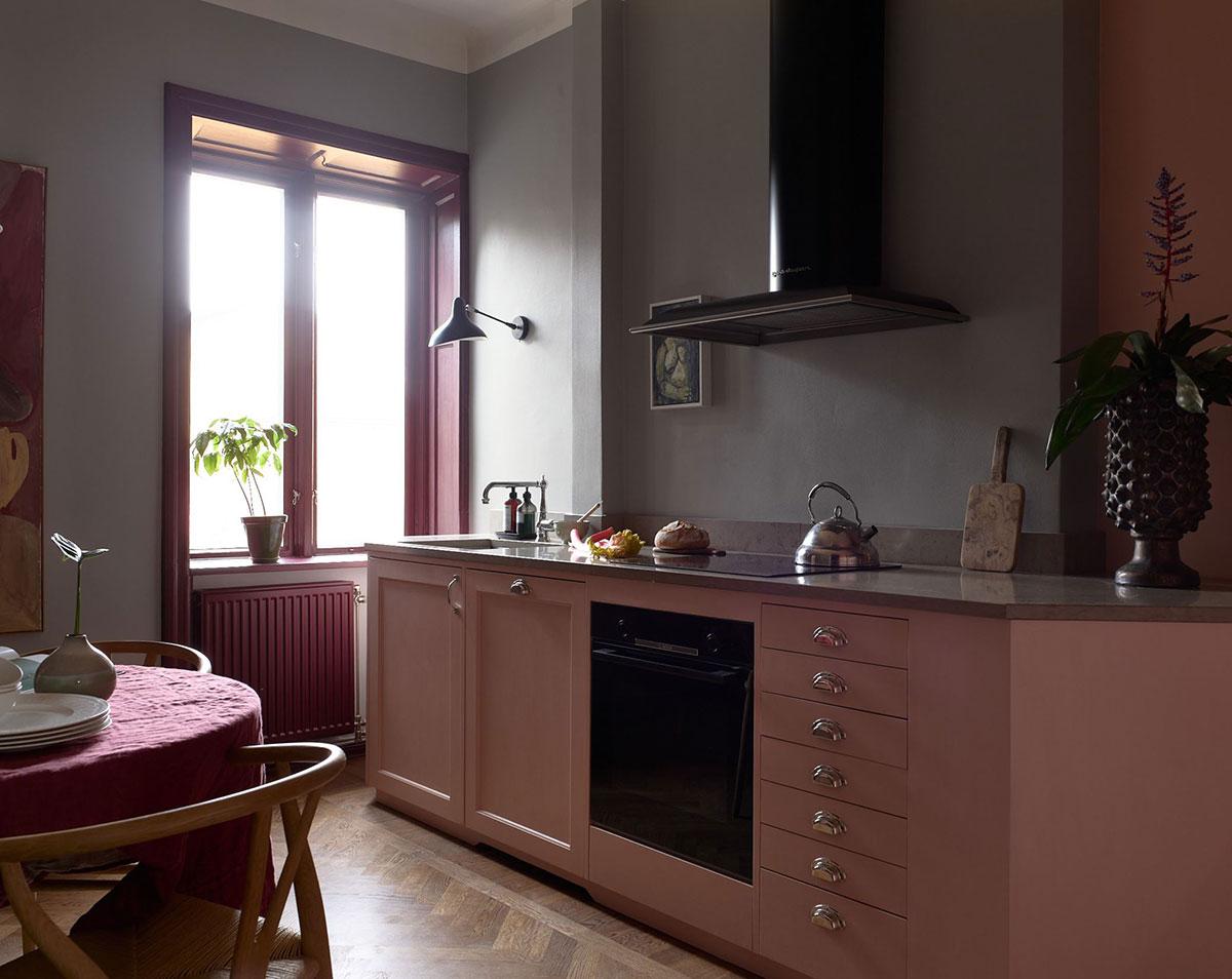 Розовая кухня и черная гостиная: смелая квартира в Стокгольме