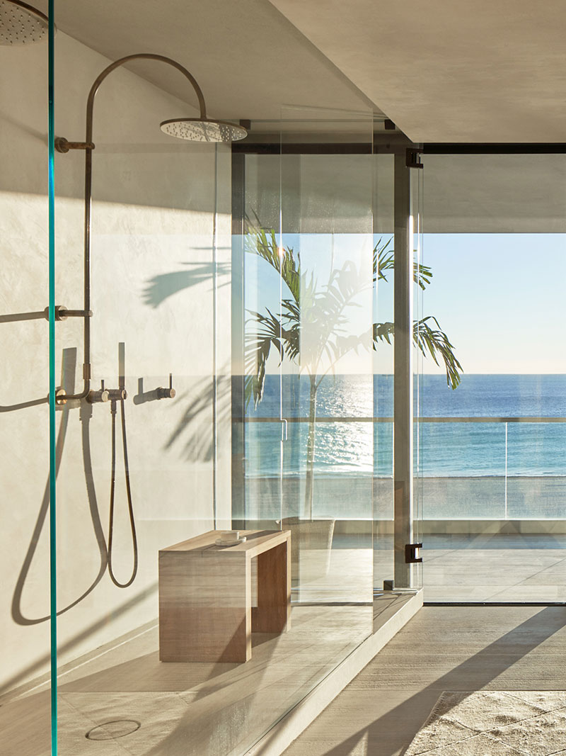 Стильная квартира в тёмных тонах на берегу океана в Майами