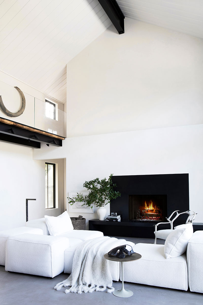 Полный контрастов: интерьер дома в Хэмптонсе