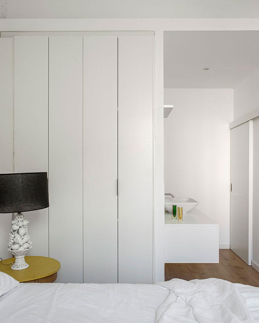 Белая квартира-студия с кирпичной стеной и антикварными креслами в Барселоне (60 кв. м)