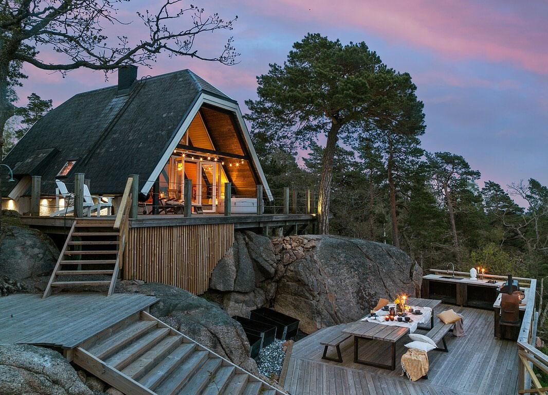 Чудесный А-образный коттедж на скалистом склоне у озера в Швеции