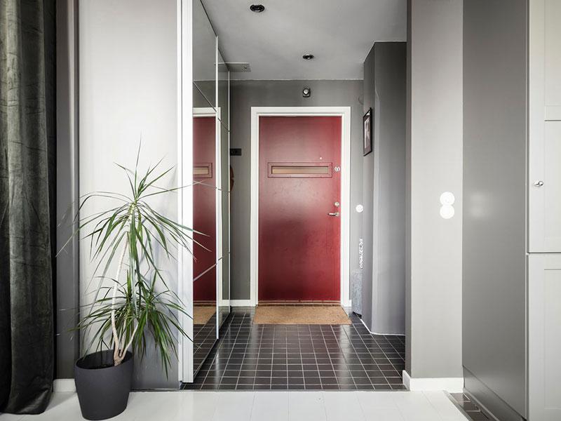 Маленькая квартира с тёмными стенами, огромными окнами и видами на речку в Швеции (39 кв. м)