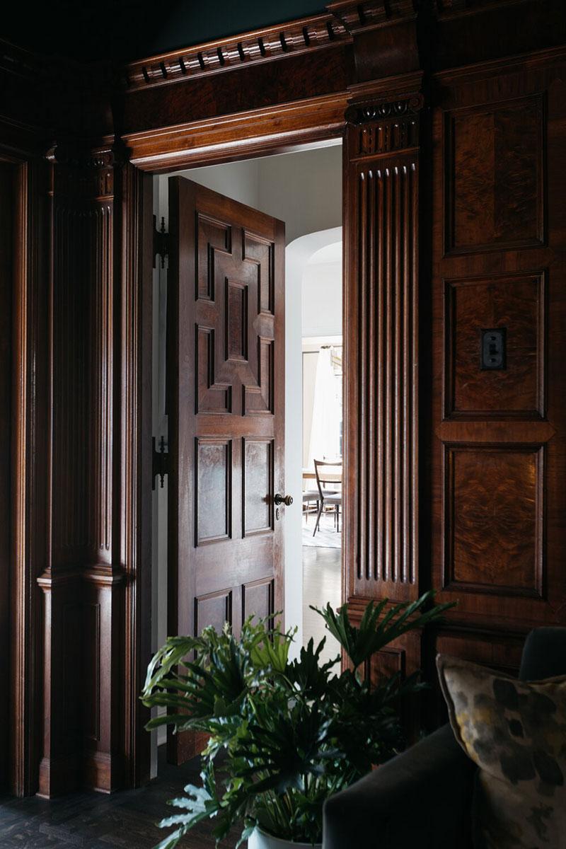 Старинный фасад и современная обстановка: дом 1925 года в Лос-Анджелесе