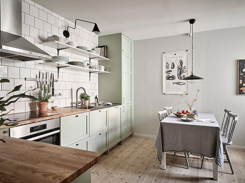 Спокойный интерьер квартиры с мятной кухней в Гётеборге (75 кв.м)