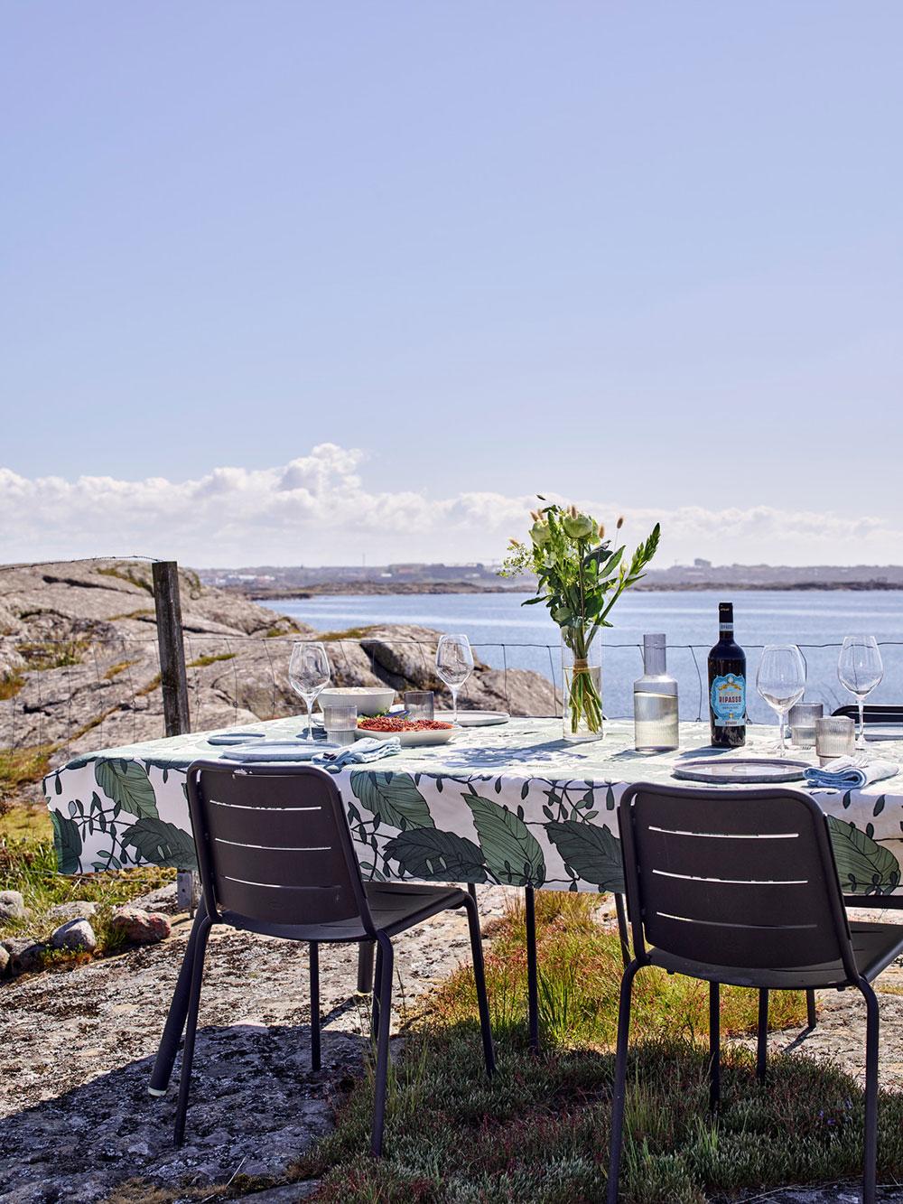 Современная дача на скалистом берегу моря в Швеции