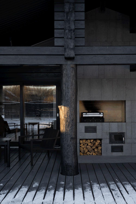 Современный деревянный дом с черным фасадом в Подмосковье