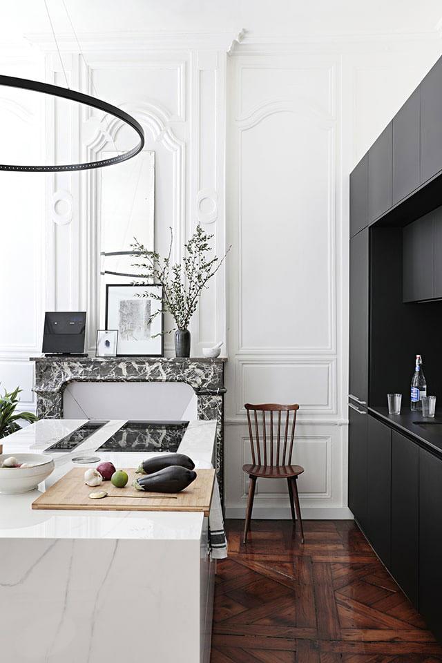 Элегантный черно-белый интерьер с двумя офисами в доме 18 века во Франции