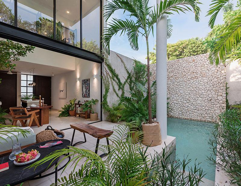 Колоритная вилла в Мексике с небольшим уютным двориком и бассейном