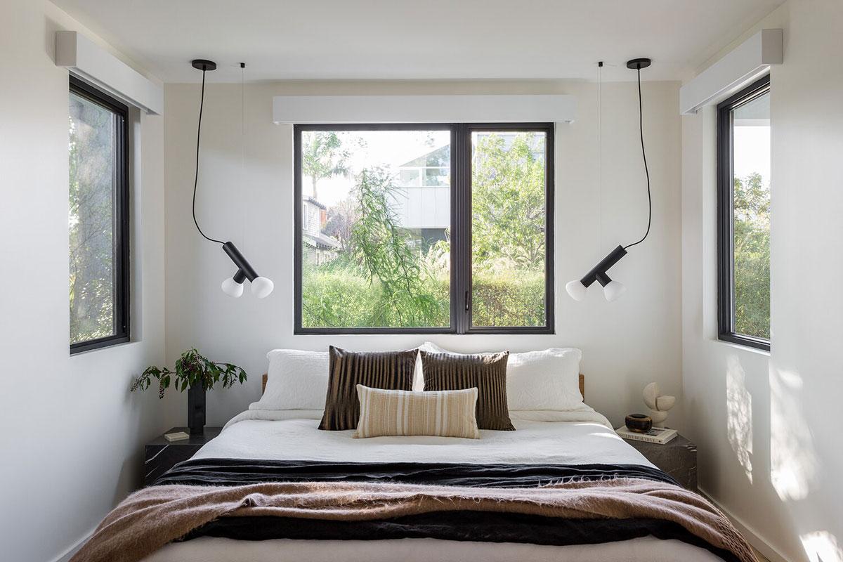 Светлый интерьер с красивым использованием мрамора в Лос-Анджелесе