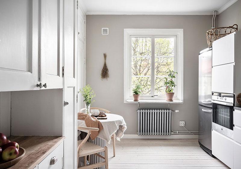 Светлая двухуровневая квартира с небольшим садом в общем дворе в Гётеборге