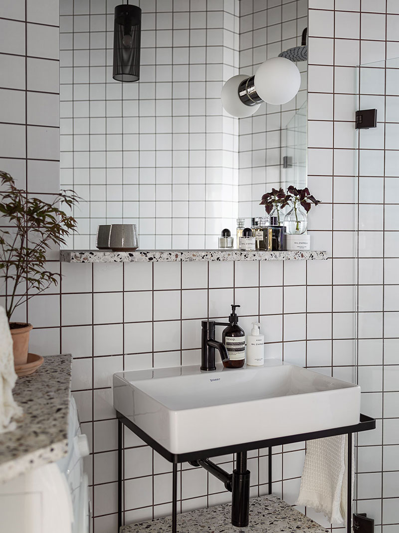 Красивая черная кухня как сердце небольшой шведской квартиры (55 кв. м)