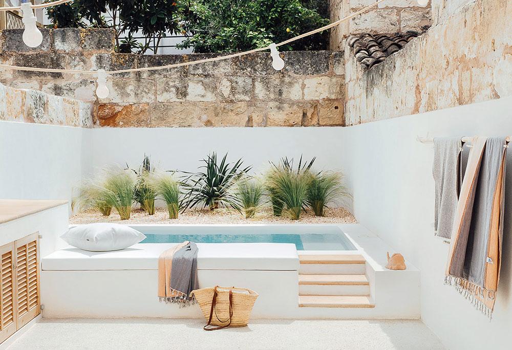 Маленький курортный дом с бассейном на старинной улочке на острове Майорка