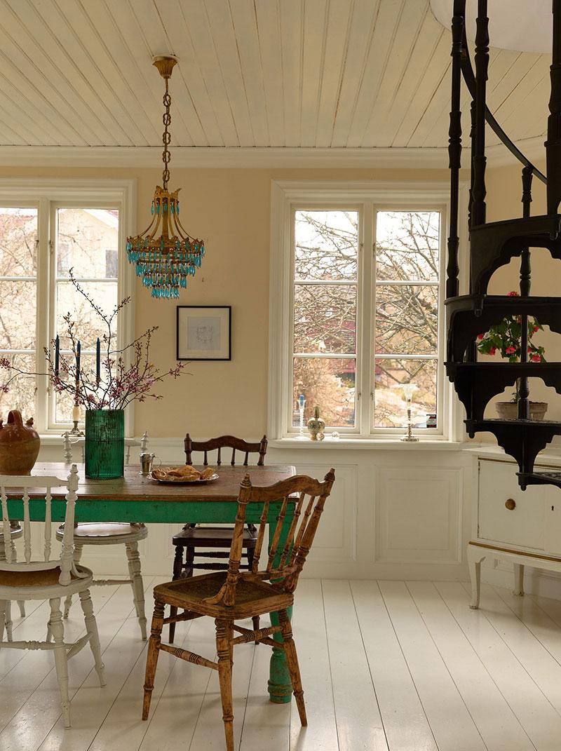 Милый шведский коттедж с башней и террасой на крыше