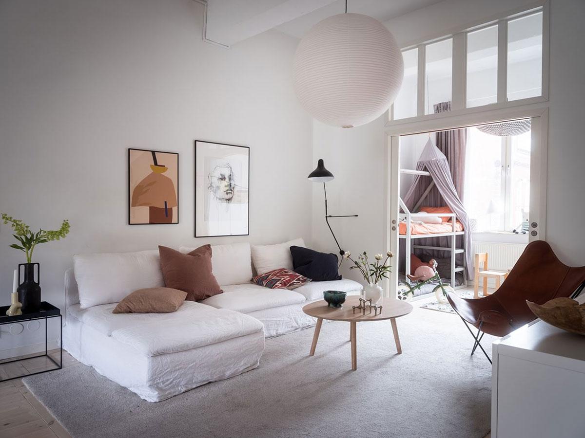 Необычная скандинавская квартира с проходной гостиной и большим балконом